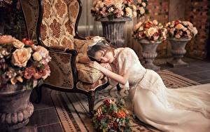 Hintergrundbilder Asiaten Blumensträuße Sessel Kleid Liegen Hand Bräute junge frau