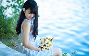 Hintergrundbilder Asiatische Blumensträuße Brünette Lächeln Sitzt Kleid Hand Mädchens
