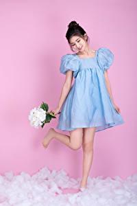 Desktop hintergrundbilder Asiatisches Sträuße Kleid Farbigen hintergrund Lächeln Mädchens