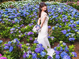 Fotos Asiaten Sträuße Kleid Starren Braut junge Frauen