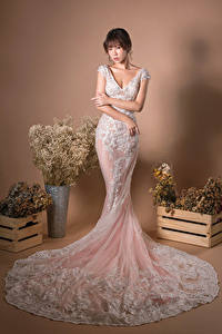 Bilder Asiatische Blumensträuße Kleid Pose Hand Blick Mädchens