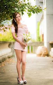 Fotos Asiatische Blumensträuße Posiert Kleid Bein Blick Bokeh junge Frauen