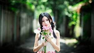 Hintergrundbilder Asiaten Blumensträuße Rose Bokeh Brünette Starren Hand Mädchens