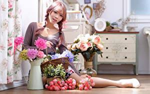Bilder Asiatische Blumensträuße Rose Vase Sitzend Zopf Starren junge frau Blumen