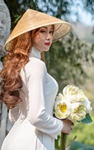 Desktop hintergrundbilder Asiatische Blumensträuße Seitlich Der Hut Braunhaarige Mädchens