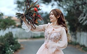 Bilder Asiatische Sträuße Lächeln Kleid Bokeh Braune Haare