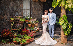 Hintergrundbilder Asiatische Blumensträuße Zwei Bräutigam Bräute Hochzeit Kleid Anzug junge frau