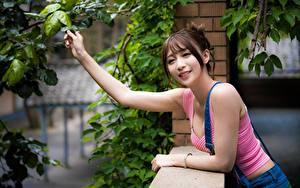 Fotos Asiaten Ast Hand Braunhaarige Blick Lächeln Mädchens