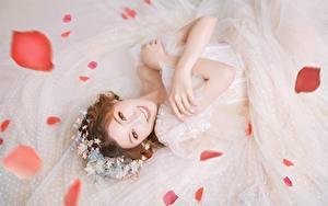 Fotos Asiaten Braut Kleid Hand Braunhaarige Starren Lächeln Kronblätter Mädchens