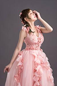 Bilder Asiatische Bräute Kleid Rosa Farbe Frisuren Hand Pose Mädchens