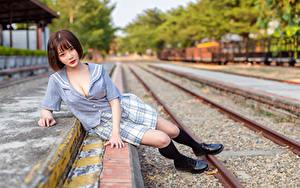 Hintergrundbilder Asiaten Braune Haare Unscharfer Hintergrund Sitzen Schienen Blick Mädchens