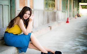 Hintergrundbilder Asiatisches Braunhaarige Unscharfer Hintergrund Rock Sitzt Hand Bein junge frau