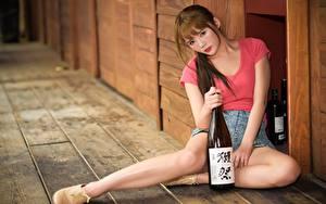 Fotos Asiatische Braunhaarige Flasche Sitzend Hand Bein Bokeh junge Frauen