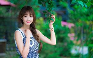Hintergrundbilder Asiatische Braune Haare Ast Hand Blick Lächeln Bokeh Zopf junge frau