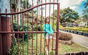 Fotos Asiatisches Braunhaarige Pforte Shorts junge Frauen
