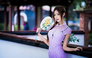 Fotos Asiatische Braunhaarige Starren Fächer Kleid Hand Mädchens