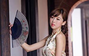 Fotos Asiatische Braune Haare Blick Hand Fächer Unscharfer Hintergrund junge frau