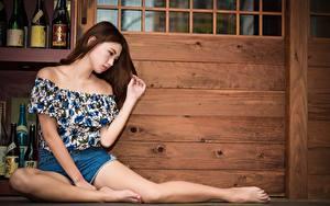 Bilder Asiatisches Braune Haare Hand Bein Sitzend Pose junge Frauen