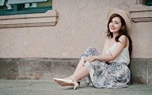 Hintergrundbilder Asiatisches Braune Haare Der Hut Hand Sitzen Bein junge Frauen