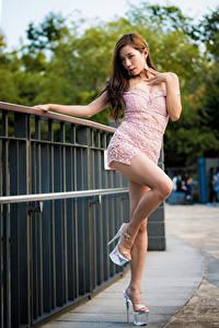 Fotos Asiatische Braunhaarige Pose Kleid Bein Stöckelschuh junge frau