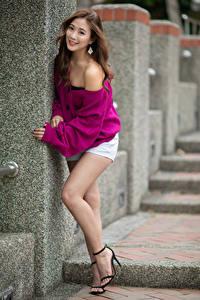 Bilder Asiaten Braunhaarige Pose Bein Shorts Lächeln Bokeh junge Frauen