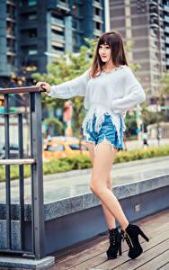 Fotos Asiaten Braunhaarige Posiert Bein Shorts Sweatshirt