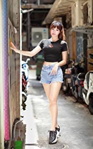 Bilder Asiaten Braune Haare Pose Bein Shorts T-Shirt Starren Mädchens