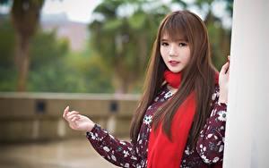 Desktop hintergrundbilder Asiatische Braune Haare Schal Blick Hand Bokeh junge frau