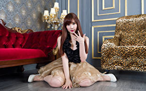 Bilder Asiatisches Braunhaarige Sitzt Kleid Hand Starren