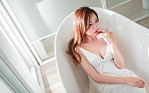 Bilder Asiaten Braunhaarige Sitzend Hand Kleid Dekolletee