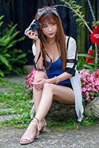 Desktop hintergrundbilder Asiatisches Braune Haare Sitzt Bein Fotoapparat junge frau