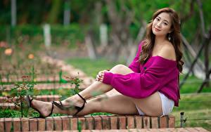 Hintergrundbilder Asiatisches Braune Haare Sitzen Bein Shorts Blick Unscharfer Hintergrund junge frau