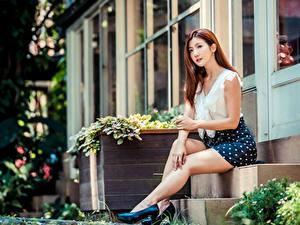 Fotos Asiatisches Braune Haare Sitzt High Heels Bein Rock Bluse Bokeh Treppe Mädchens