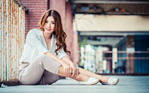 Hintergrundbilder Asiaten Braunhaarige Sitzend Die Hose Bluse Blick Unscharfer Hintergrund Mädchens
