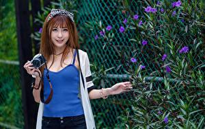 Bilder Asiaten Braunhaarige Lächeln Fotoapparat Unterhemd Blick junge frau