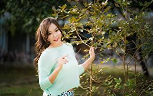 Hintergrundbilder Asiatische Braunhaarige Lächeln Hand Ast Bokeh Starren junge Frauen