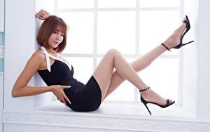 Desktop hintergrundbilder Asiaten Braunhaarige Fenster Bein Starren junge Frauen