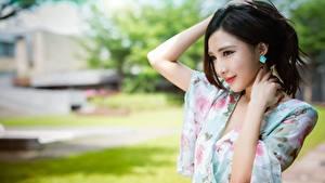 Hintergrundbilder Asiaten Brünette Unscharfer Hintergrund Hand Starren Posiert