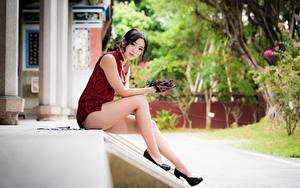 Fotos Asiatische Brünette Unscharfer Hintergrund Hand Handschuh Sitzend Bein High Heels Mädchens