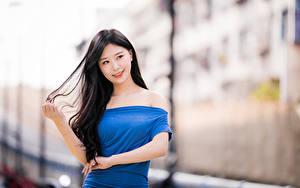 Hintergrundbilder Asiatisches Brünette Kleid Hand Haar Unscharfer Hintergrund Mädchens