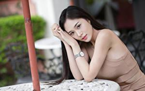 Bilder Asiatische Brünette Hand Blick Unscharfer Hintergrund