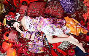 Desktop hintergrundbilder Asiaten Brünette Liegt Kimono Kissen Bein Blick junge frau