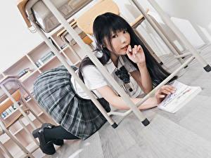 Fotos Asiatisches Brünette Schülerin Uniform Starren junge Frauen