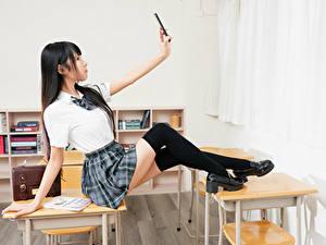 Fotos Asiaten Brünette Schulmädchen Uniform Selfie Bein Long Socken junge frau