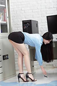 Fotos Asiatische Brünette Sekretärinen Büro Pose Bein Rock Bluse