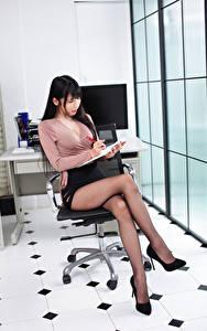 Desktop hintergrundbilder Asiatische Brünette Sekretärinen Sitzend Bein Rock Bluse Stöckelschuh Büro Mädchens
