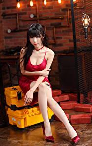 Bilder Asiatische Brünette Sitzend Kleid Bein Starren junge frau