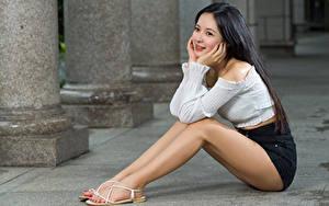 Fotos Asiaten Brünette Sitzt Bein Lächeln Shorts Bluse Mädchens