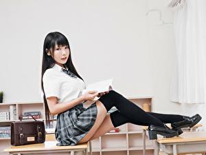 Bilder Asiaten Brünette Sitzend Uniform Schulmädchen Bein Long Socken Blick Schöner junge Frauen