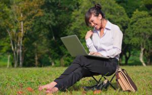 Fotos Asiatische Brünette Lächeln Sitzend Notebook Hemd Mädchens